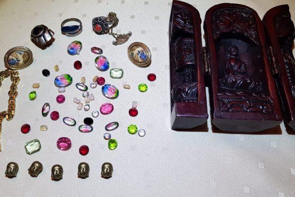 Edelsteine, Ketten, Broschen, Ringe, Buddhaköpfe, Holzstatue